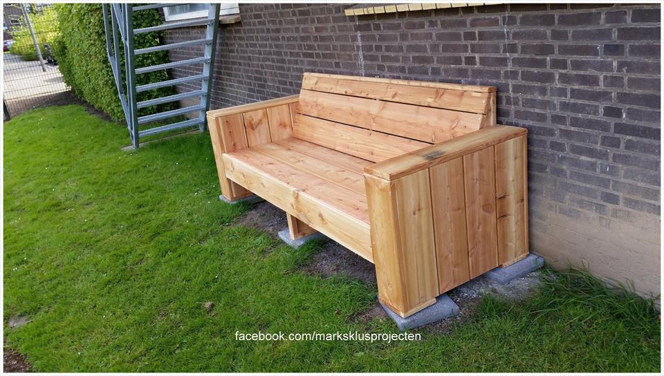 Wooden pallet garden bench